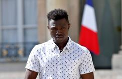 A 22-year old Mamoudou Gassama from Mali leaves the presidential Elysee Palace after his meeting with French President in Paris, on May, 28, 2018. Mamoudou Gassama living illegally in France is being honored by French President for scaling an apartment building on May 26 to save a 4-year-old child dangling from a fifth-floor balcony. / AFP PHOTO / POOL / Thibault Camus