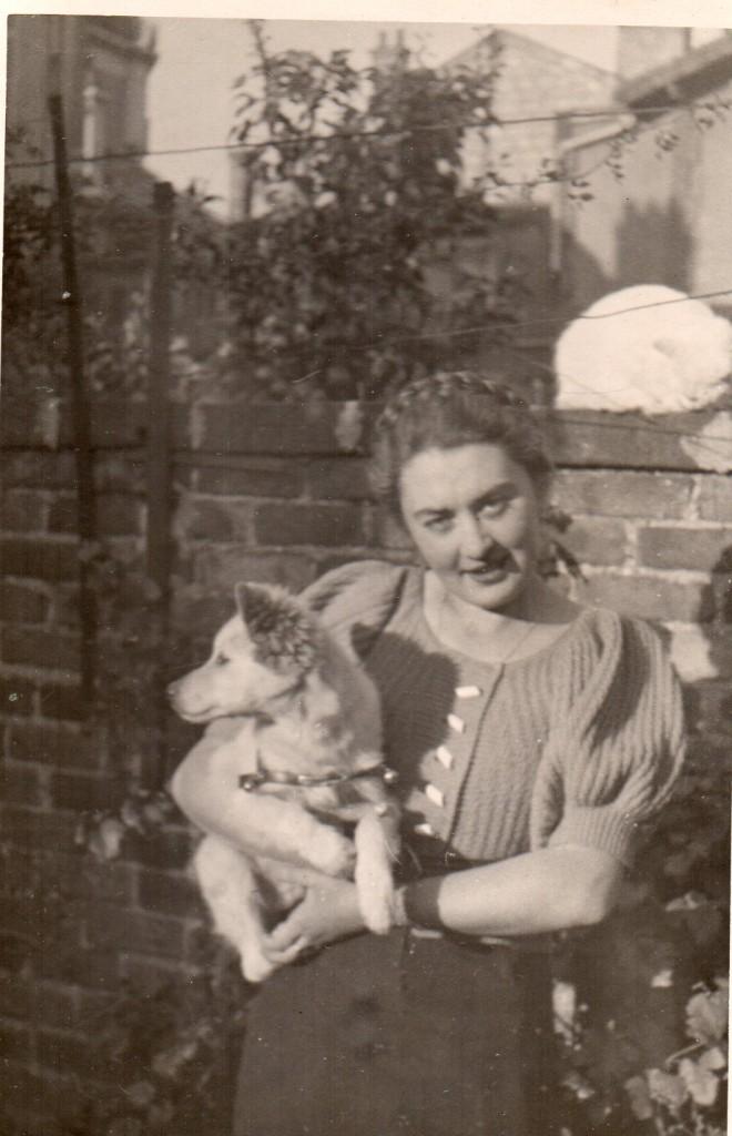 Lialia avec son chien Toukour dans les années 1930