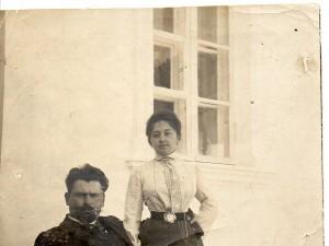 le père la mère de Lialia devant leur propriété ukrainienne de Grouchevka